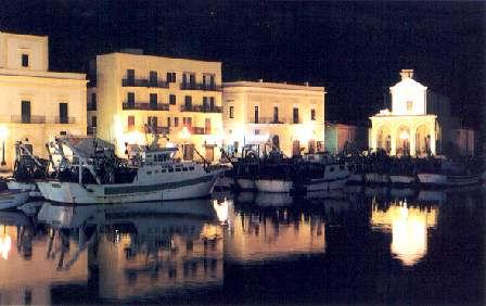 Il Porto Peschereccio e, sullo sfondo, il Santuario della Madonna del Canneto