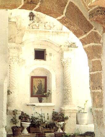 Altare con icona in un'antica corte del Centro storico