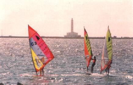 Wind Surfs con il Faro dell'Isola di Sant'Andrea sullo sfondo