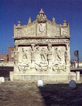 La Fontana Greca, antico monumento della città, ricostruito nel '500 e con la facciata del 1765